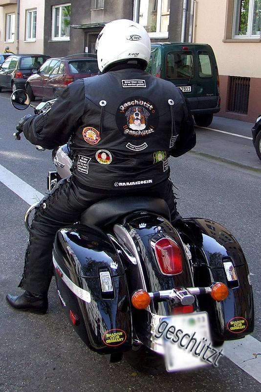 Motorradweste mit Aufnähern nach Kundenwünschen, gestickteBerner Sennenhundportrait als Mittelpunkt.