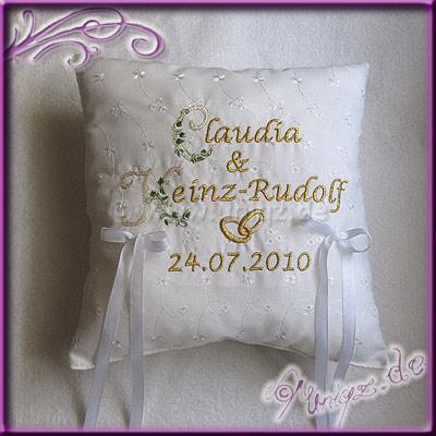 Ringkissen mit gegstickten Namen, Ringen und dem Datum der Hochzeit.