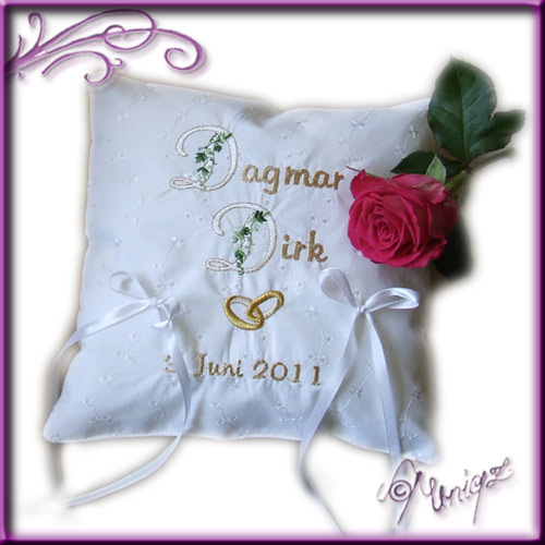 Ringkissen aus weißem Stickereibatist, mit Namen, Ringen und Hochzeitsdatum.
