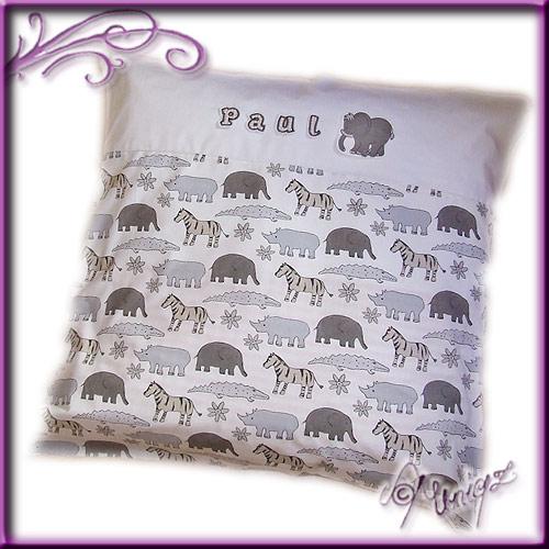 Bettwäsche in beige-grau-weiß, mit wilden Tieren, hochwertiger Stickerei und dem Namen des Babies.