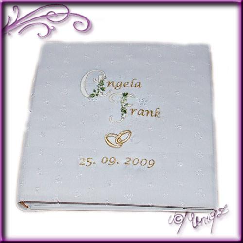 Hochzeitsalbum, bestickt mit Namen (Initialen), Hochzeitsdatum und Ringen