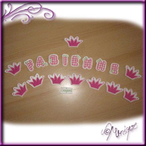 Buchstaben und Kronen zur Herstellung einer Girlande fürs Babybettchen