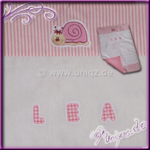 Zarte Sommerdecke in weiß/rosa mit niedlichem Schneckenmotiv, appliziertem Namen und gestickten Geburtsdaten.