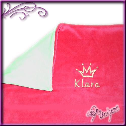 Babydecke aus Nicki, bestickt mit Krone und Namen.