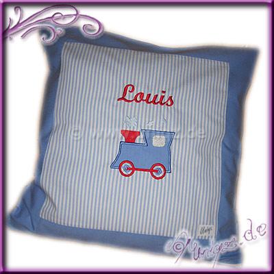 Geburtsgeschenk, Kissen in blau-weiß mit Lokomotive und Namen bestickt.