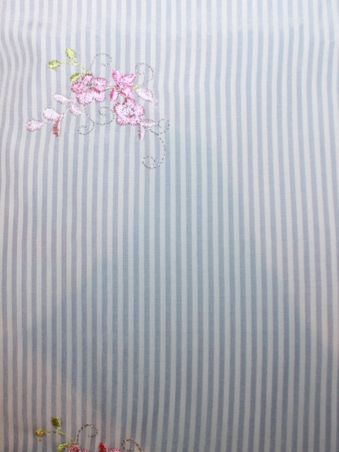 Pl.-Mix, Batist mit Stickerei, hellblau-weiß-rosa, ca. 50 x 140 cm   3,- €