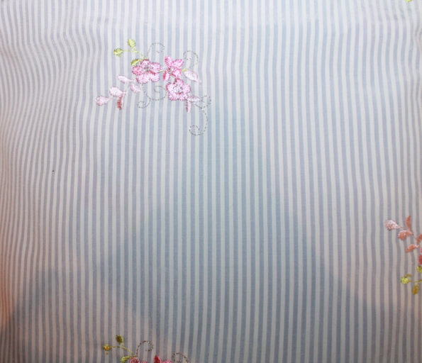 Pl.-Mix, Batist mit Stickerei, hellblau-weiß-rosa, ca. 50 x 140 cm | 3,- €