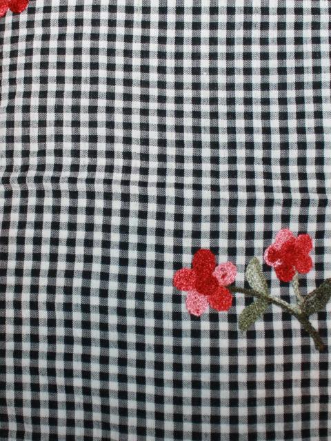 Bw.-Mix, Batist mit Stickerei, schwarz-weiß-rot-grün, ca. 50 x 140 cm | 3,- €